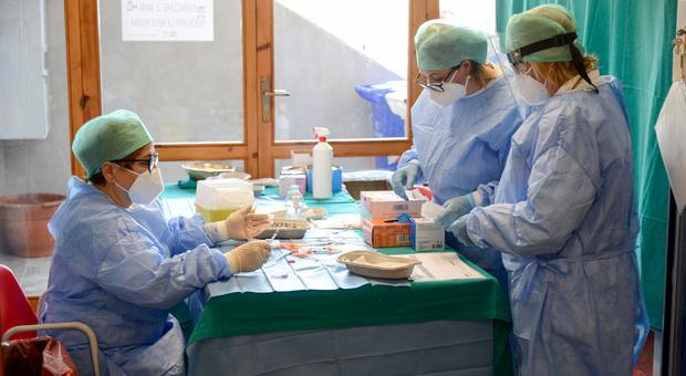 Quasi ottomila over 70 ancora non si sono vaccinati. L'appello di Laici: «Adesso ci aiutino i medici di base»