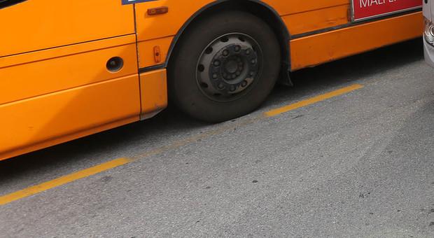 Verona, operaio muore schiacciato dal bus mentre gli cambia una ruota