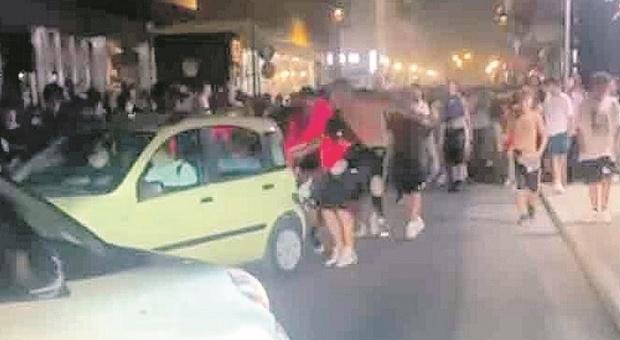 Assalti alle automobili, i teppisti scacciano le famiglie: scatta la caccia ai guastafeste nei video