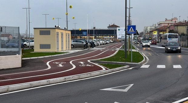 La pista ciclabile accanto al supermercato Eurospin