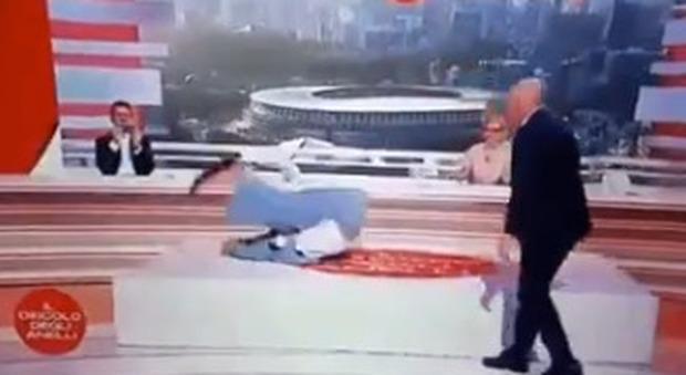 Sara Simeoni fa la capovolta sul tappetone (e il web impazzisce). L'ex campionessa olimpica vince anche in tv
