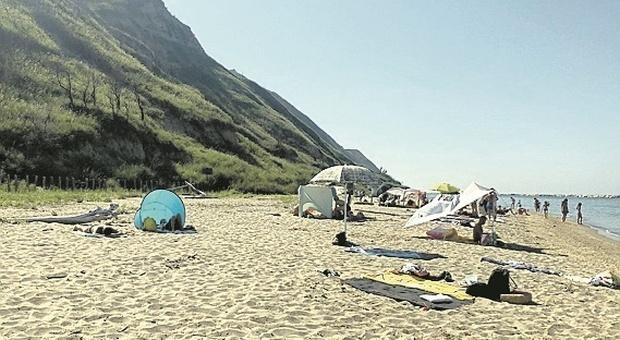 Pesaro, spiagge libere ma non selvagge: arriva anche l'app per prenotare un posto al sole
