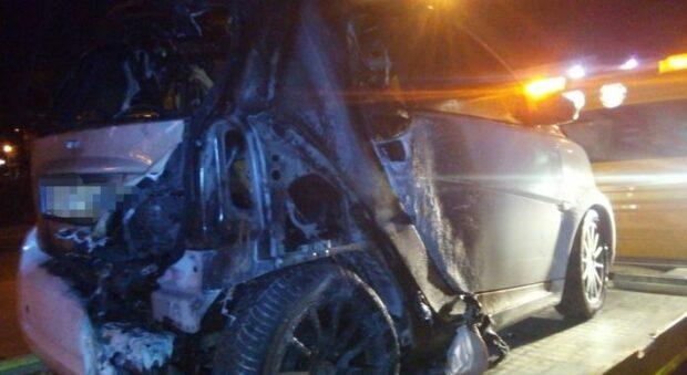 Si addormenta nell'auto che poi prende fuoco, salvato da due ragazzi di passaggio
