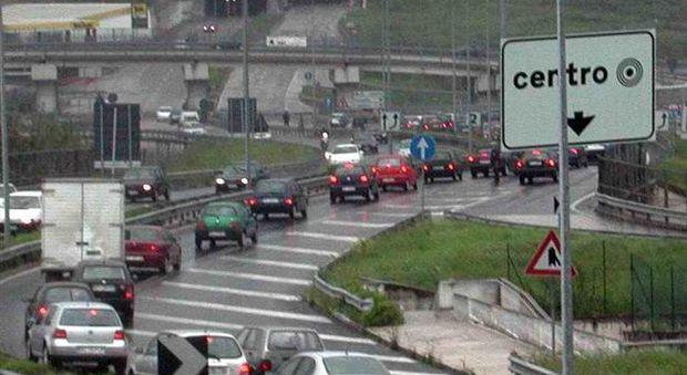 Caos traffico sull'asse nord-sud dopo il tamponamento tra tre auto: due feriti