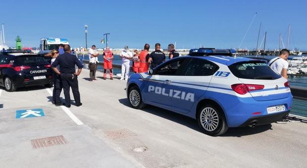 Vede la Polizia e si tuffa nel porto per fuggire a nuoto: acciuffato appena uscito dall'acqua