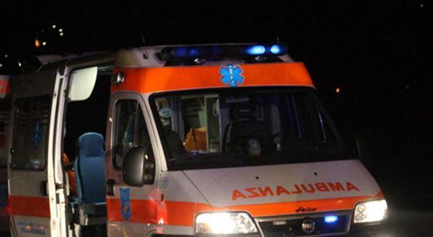 L'ambulanza è intervenuta sul posto per prestare i primi soccorsi la ragazzo aggredito
