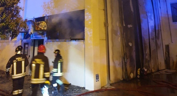 Calzaturificio in fiamme, danni e una notte di paura. Le cause sembrano accidentali