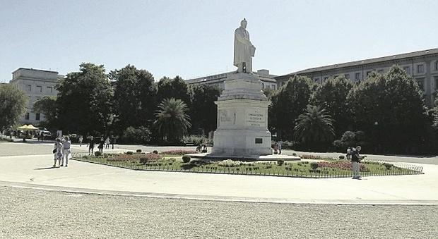 Degrado in piazza Cavour: «Sporcizia, vandali e bivacchi, è ridotta male»