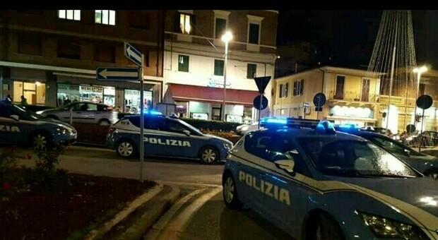 I controlli della polizia in piazza Ugo Bassi ad Ancona