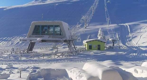 In tanti sulla neve approfittando della zona gialla: «Stiamo battendo le piste, ma l'apertura rimane un rebus»