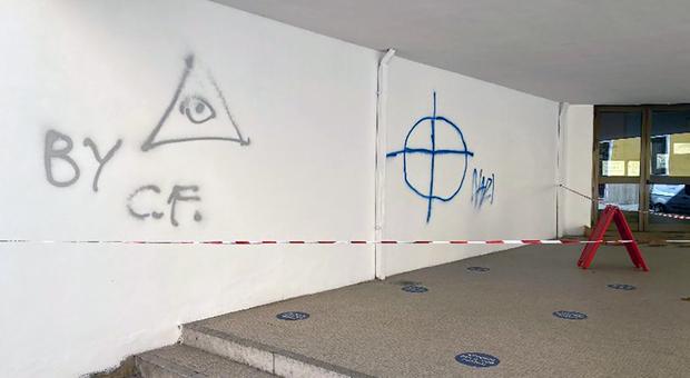 Giovane writer messo in fuga prima che terminasse lo scempio sulla parete della scuola