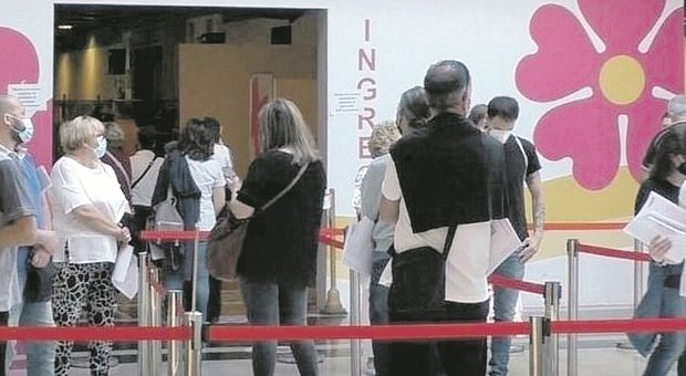 Pesaro, troppi posti vuoti al centro vaccinale: mancano all'appello tanti under 45