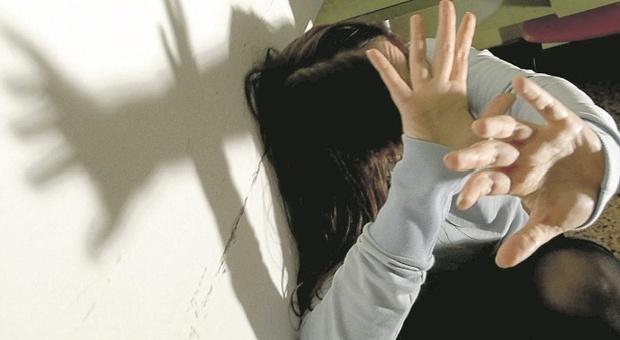 Pesaro, impone l'amante e maltratta la moglie anche davanti alla figlioletta: lei lo denuncia e chiede i danni