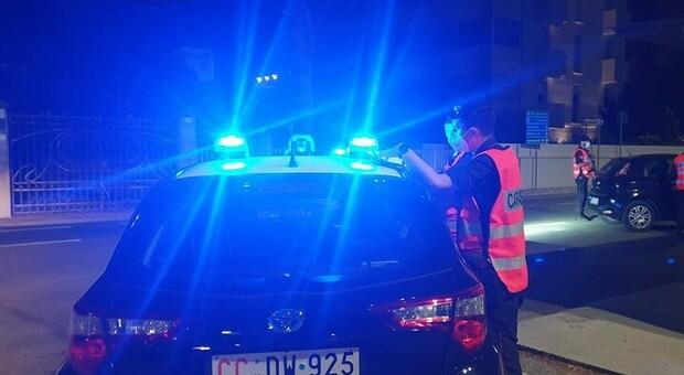 Suonano alla porta, sono i ladri: il padrone di casa chiama i carabinieri, i malviventi fuggono su una station wagon
