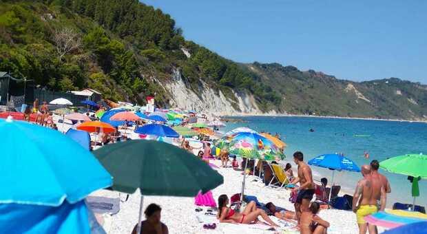 La spiaggia di Portonovo gremita di bagnanti: sarà così anche nel prossimo weekend