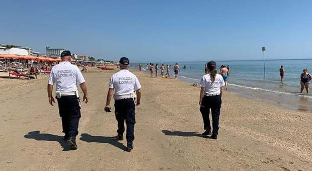 Nudo e ubriaco in spiaggia, il bagnino lo invita ad andare via: picchiato dal giovane e ricoverato all'ospedale