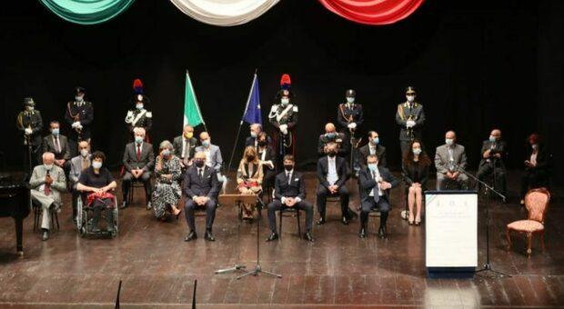 Grande festa al Teatro dell'Aquila per i cavalieri della Repubblica: «I nostri angeli custodi nell anno più buio»