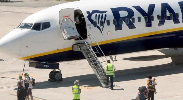 """Variante inglese, tre positivi e due """"dubbi"""" sul volo Ryanair da Londra atterrato ieri sera a Palermo"""