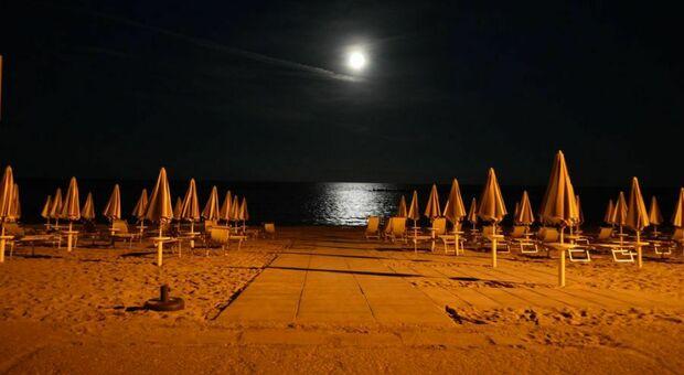 Spiaggia blindata contro i vandali, i balneari soddisfatti. Ma Agostini protesta: «Giusto negare queste libertà?»