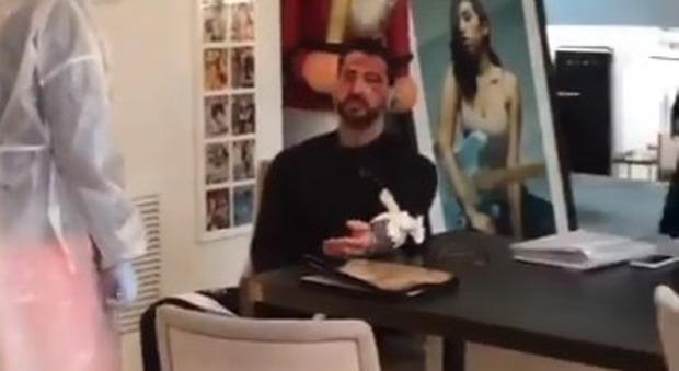 Fabrizio Corona si taglia le braccia, il volto coperto di sangue: il video choc su Instagram