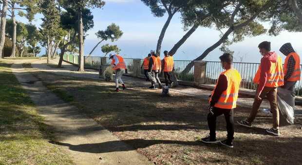 Azione di pulizia dell'area verde che circonda la comunità Lella con i ragazzi protagonisti