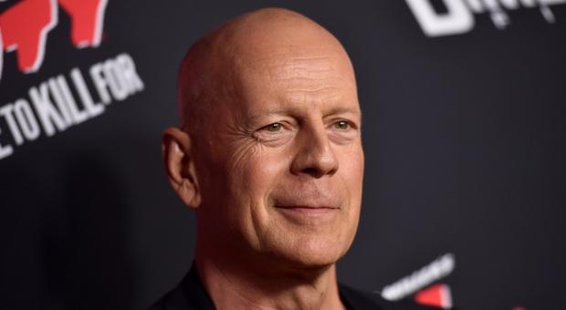 Covid, Bruce Willis in farmacia si rifiuta di indossare la mascherina: «Ho commesso un errore, proteggetevi»