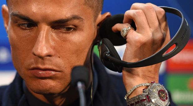 """Cristiano Ronaldo e l'orologio di diamanti """"sfoggiato"""" in conferenza. Ecco quanto vale"""