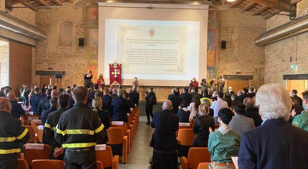 La standing ovation per l'omaggio agli operatori sanitari impegni nella lotta contro il Covid
