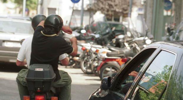 «Dammi l'orologio o t'ammazzo»: automobilista rapinato sulla Colombo