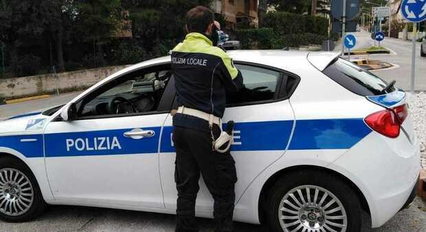 La polizia locale durante un controllo