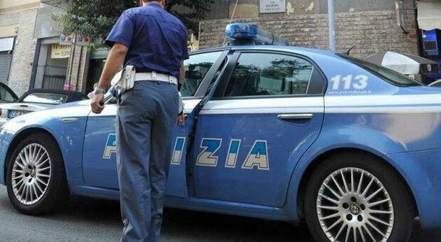 Pesaro, aii domiciliari continua a spacciare: sorpreso con un barattolo di cocaina e 11mila euro, torna in carcere