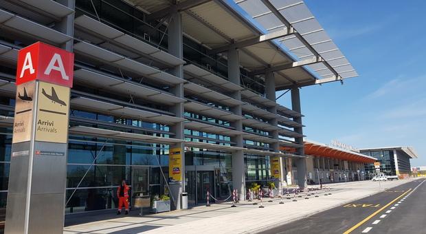 Ruba un cellulare all'aeroporto: turista acciuffata alle partenze prima del ritorno in Belgio