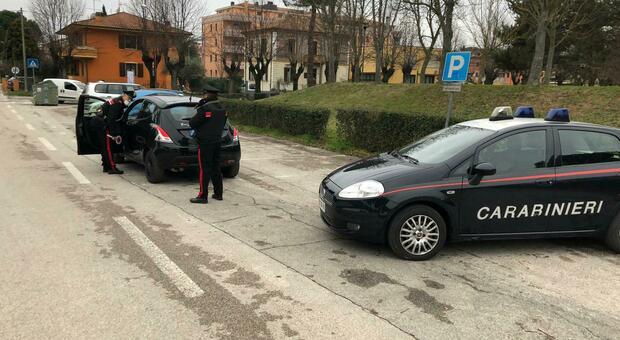 Colli al Metauro, litiga con la fidanzata e ruba un'auto per andare a fare bancomat: pizzicato dal carabiniere fuori servizio