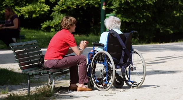 Gli assegni di cura sono rivolti agli anziani non autosufficienti assistiti a casa