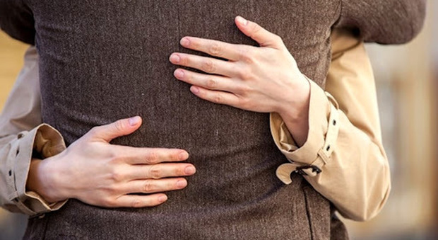 Il furto avveniva con la tecnica dell'abbraccio, foto tratta dal Web
