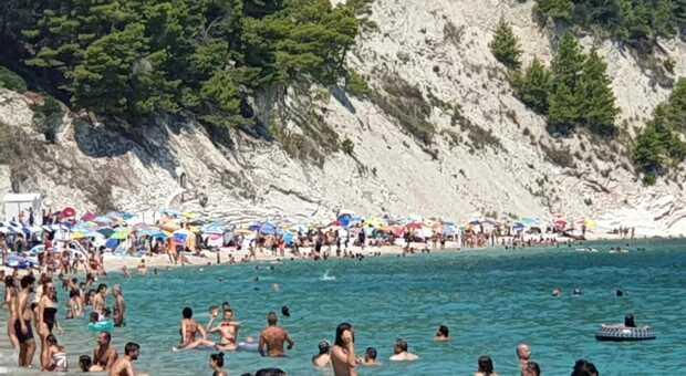 La spiaggia di Sirolo: vietato l'accesso di notte