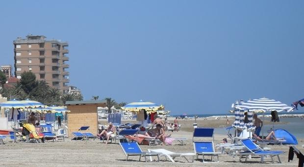 Spiagge già tirate a lucido per i turisti. E c'è una data per i tuffi: «Dal 5 giugno si può fare il bagno»