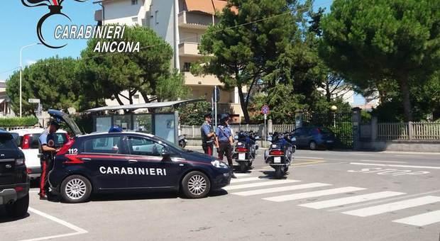 Ancona, ubriaco rompe a calci la portiera dell'autobus: inseguito e acciuffato