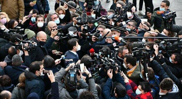 Conte dimentica le norme anti assembramento: tutti ammassati in strada attorno al premier. Le immagini choc