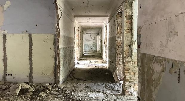Un padiglione dell'ex Umberto I precipitato nell'abbandono