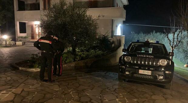 I carabinieri sul luogo del ritrovamento del cadavere