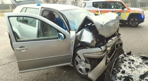 Ormelle, incidente stradale in auto: parte anteriore disintegrata, morta una persona F
