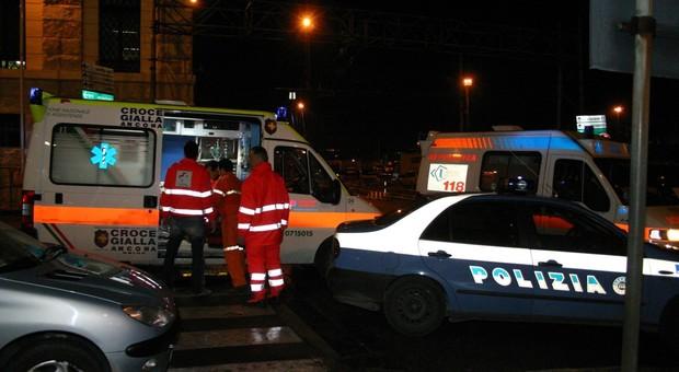 Un'ambulanza della Croce Gialla di Ancona è intervenuta agli Archi per soccorrere il paciere ferito