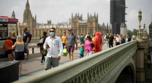 Viaggi, niente quarantena in GB per i vaccinati dall'Ue. Grecia e Francia, contagi record