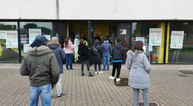 Le persone in fila per lo screening a San Benedetto