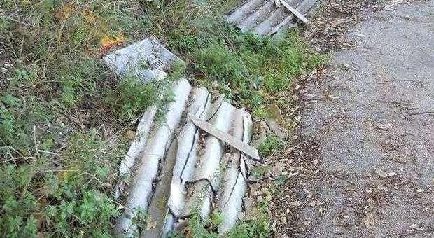 Lastre di amianto abbandonate ed estremamente pericolose