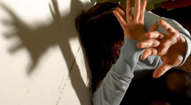 Castel di Lama, lo stalker rompe a calci la vetrina del bar dove lavora la ex