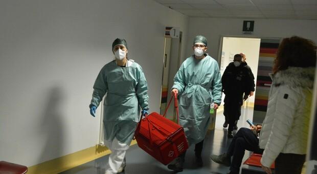 Giallo sull'arrivo dei flaconi con i vaccini, blitz dei carabinieri del Nas all'ospedale per un controllo sulla conservazione