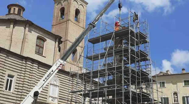 Piazza Federico II saluta l obelisco: il centro storico della città cambia volto