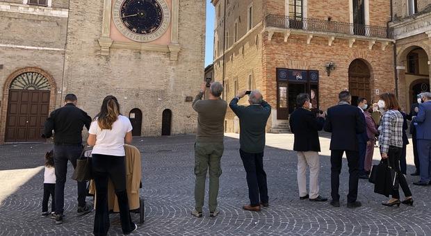 I turisti in piazza della Libertà fotografano l orologio astronomico